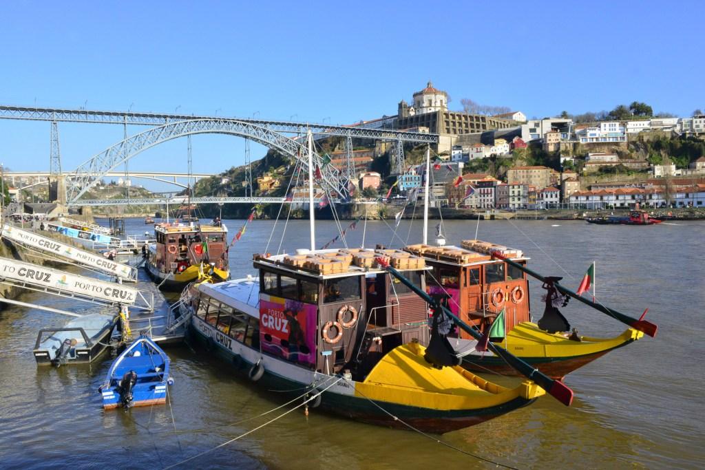 Βάρκες στις όχθες του Ντούρο και στο βάθος η διάσημη γέφυρα Ντομ Λουίς Ι.