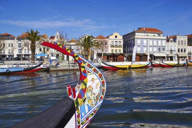 Πολύχρωμη παραδοσιακή γόνδολα στο Αλβέιρο της Πορτογαλίας
