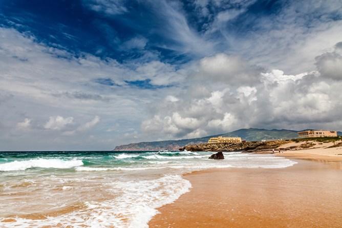 Κύματα σκάνε στην παραλία Guincho έξω από το Κασκαΐς.