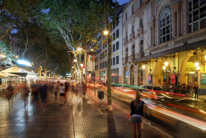 Δρόμος της Βαρκελώνης τη νύχτα