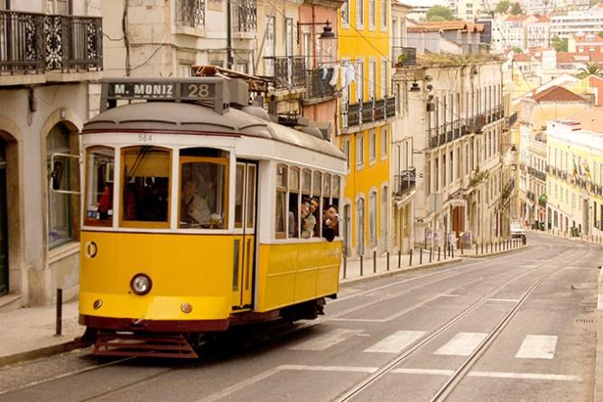 Κίτρινο τραμ σκαρφαλώνει τους λόφους της Λισαβόνας