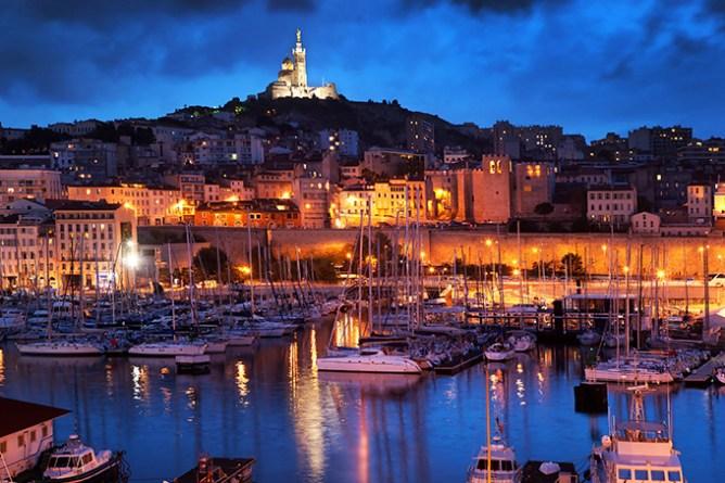 Το λιμάνι της Μασσαλίας φωτισμένο τη νύχτα