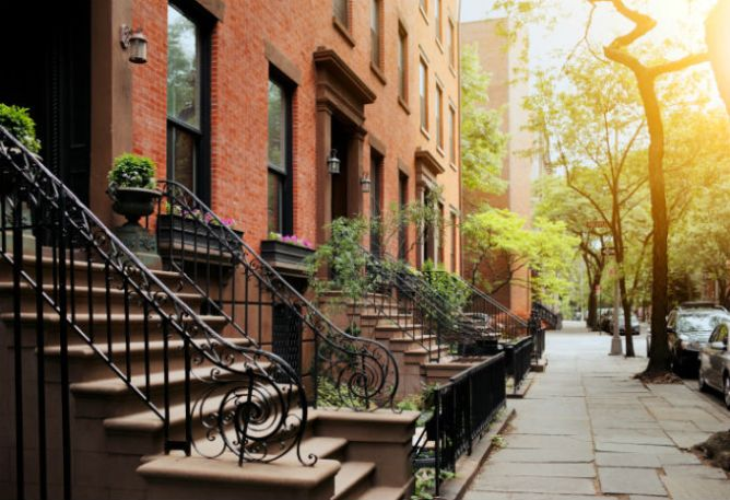 strip of townhouses in New York City