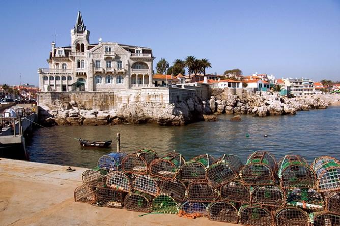 Επιβλητικό ιστορικό κτίριο και κλουβιά ψαρέματος στο λιμάνι του Κασκαΐς.