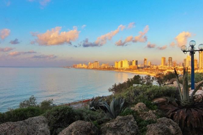 O ήλιος χαρίζει χρυσαφιές αποχρώσεις στα κτίρια στην παραλία του Τελ Αβίβ