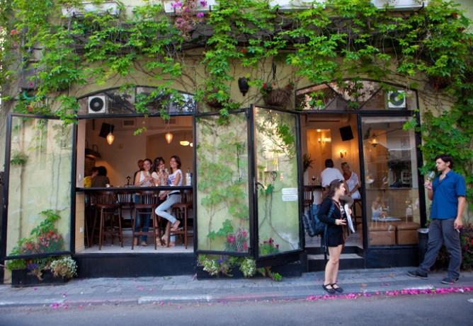 Μοντέρνο καφέ με ανοιχτές τζαμαρίες στη συνοικία Νεβέ Τζεντέκ, Τελ Αβίβ