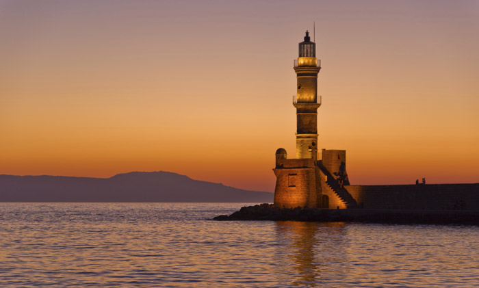 O αιγυπτιακός φάρος στο Ενετικό Λιμάνι των Χανίων το ηλιοβασίλεμα