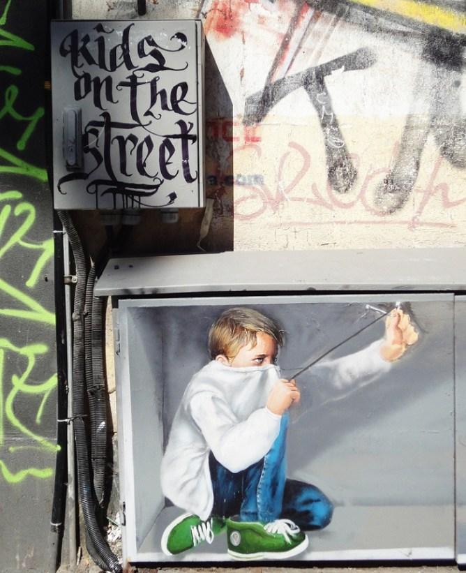 Γκράφιτι με ένα παιδί που σημαδεύει με τη σφεντόνα στους τοίχους της Σόφιας.