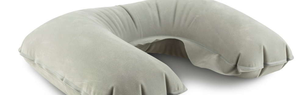la bataille des oreillers de voyage le test des 11 meilleurs coussins de voyage skyscanner. Black Bedroom Furniture Sets. Home Design Ideas