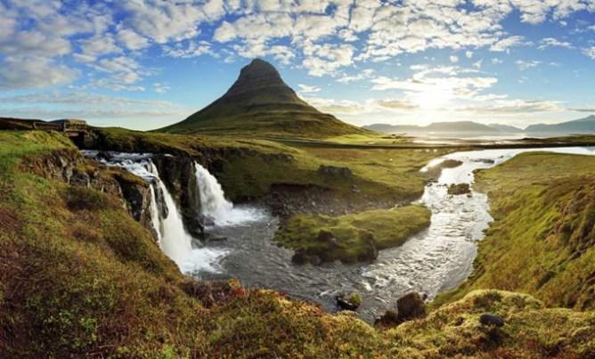Το βουνό Kirkjufell κι ένας καταρράκτης στη δυτική ακτή της Ισλανδίας