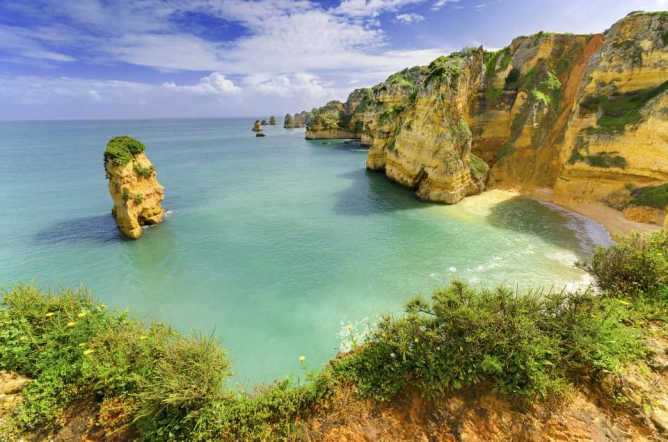 Βράχια ξεπηδούν μέσα στη θάλασσα στο Αλγκάρβε