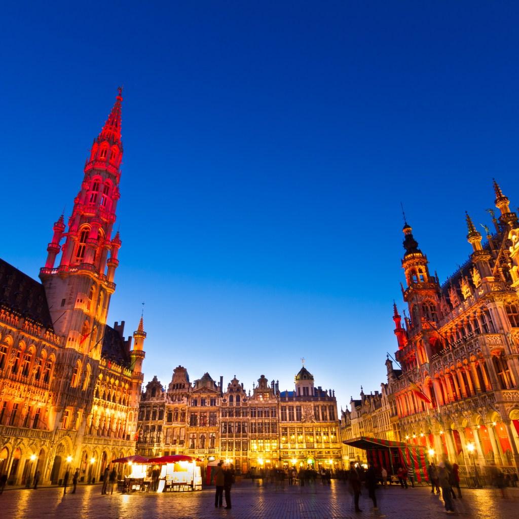 Η Grand Place των Βρυξελλών ατμοσφαιρικά φωτισμένη τη νύχτα