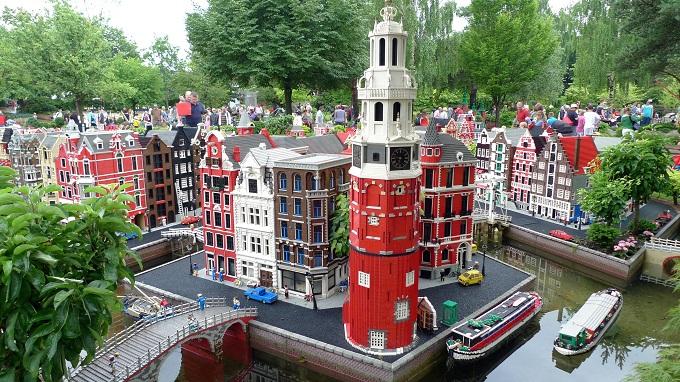 Legoland, Borge og skibe af lego.Find billige flybilletter til indenrigs fly.