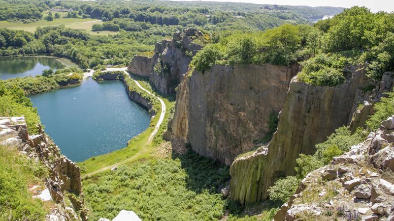 Opalsøen. Blå sø midt i granitbrud, Bornholm. Find billige flybilletter til indenrigs fly.