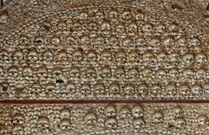 Το Παρεκκλήσι των Οστών διακοσμημένο με αρχαία λείψανα.