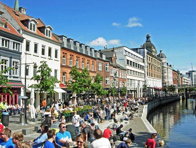 Vadestedet i Aarhus, ved åen. Cafeer, mennesker, sommerstemning. Find billige flybilletter til indenrigs fly.