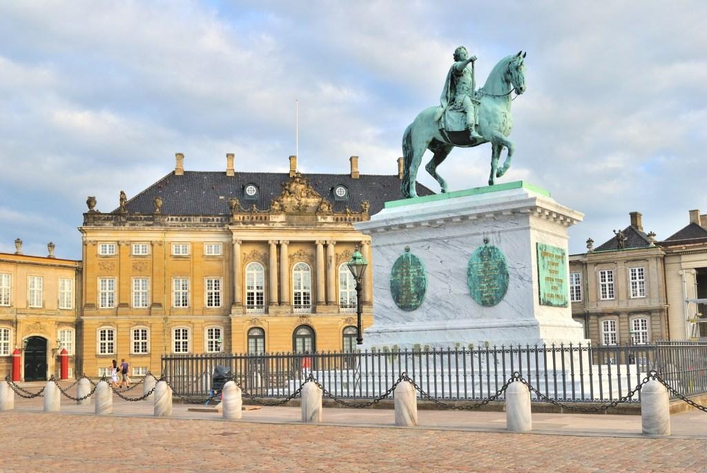 Kongestatue, Amalienborg slotsplads. Find billige flybilletter til indenrigs fly.