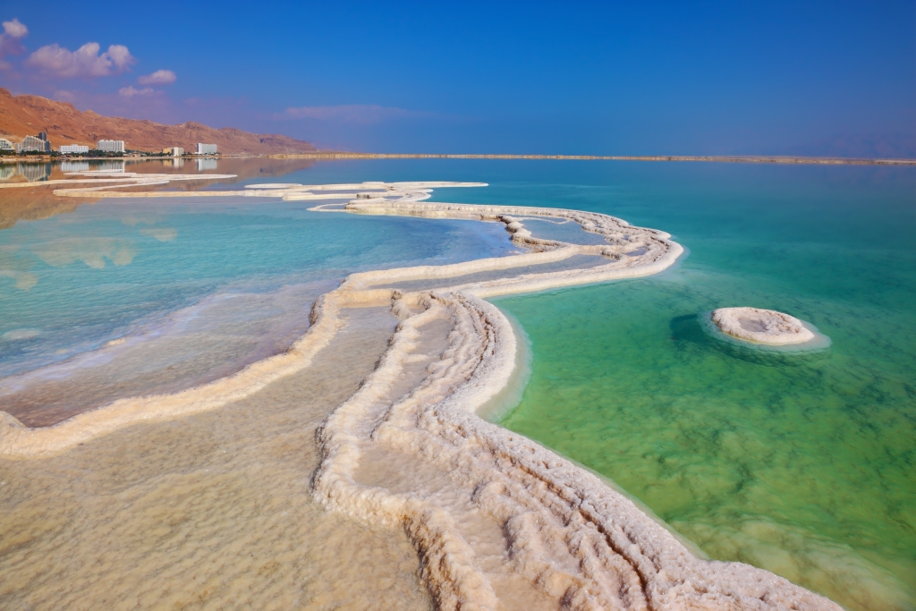 Το αλάτι σχηματίζει λευκές διαδρομές μέσα στα νερά της Νεκράς Θάλασσας.