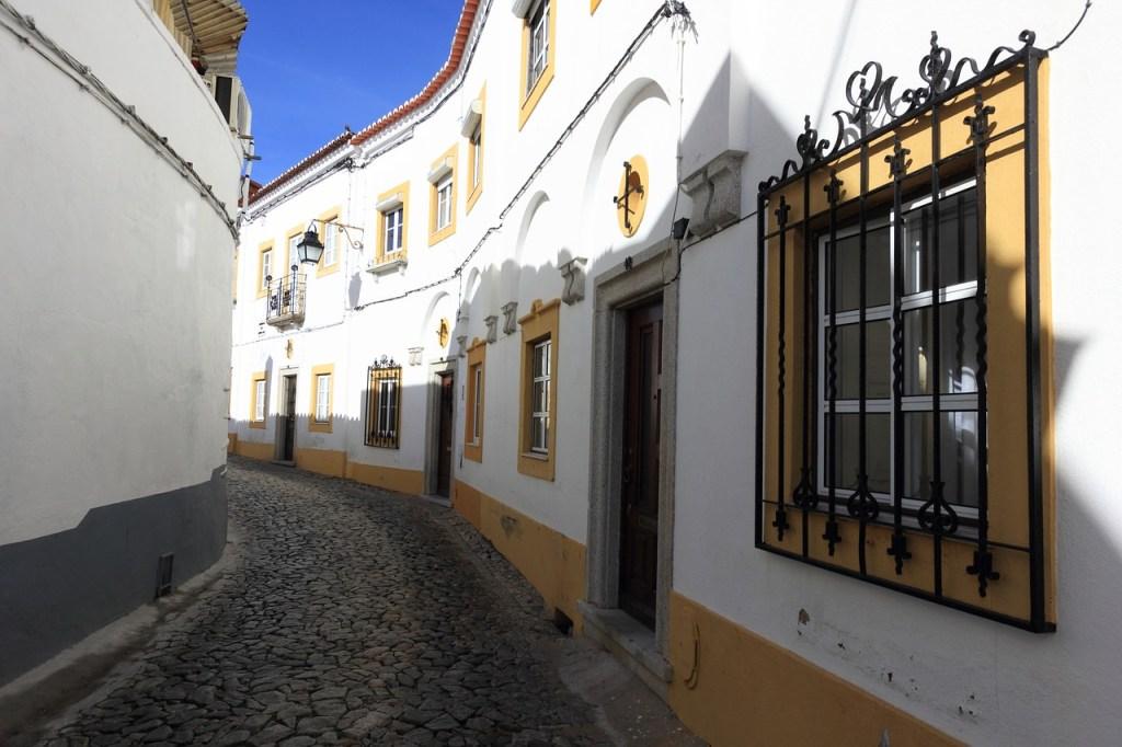 Φιδωτό δρομάκι με λευκά σπίτια στην Έβορα της Πορτογαλίας