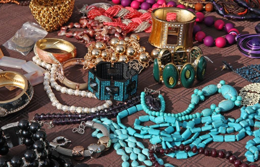 Κοσμήματα που συναντά κανείς σε υπαίθρια παζάρια σαν το Bitaka.