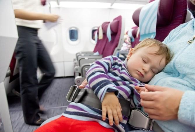 18 tips voor vliegen met kinderen, peuters en baby's