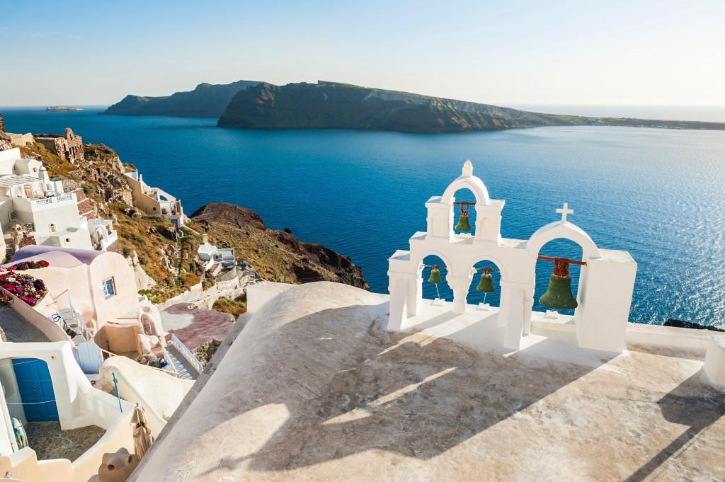 Καμπαναριό από εκκλησάκι με θέα θάλασσα στη Σαντορίνη