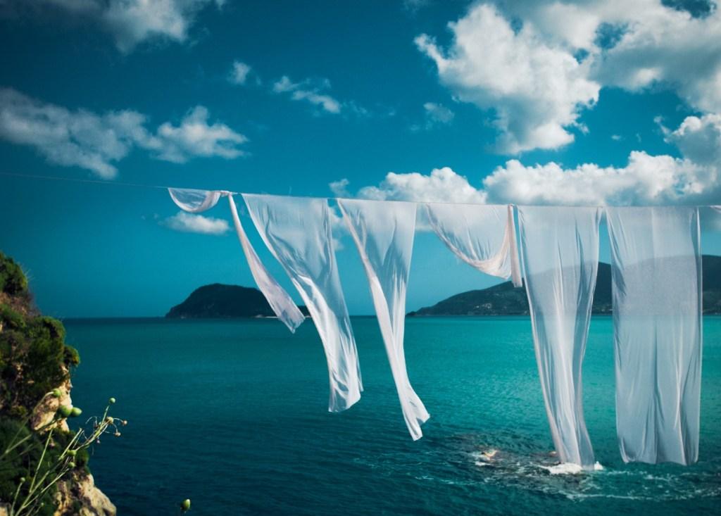 Λευκές μαντήλες στο νησί Cameo της Ζακύνθου - έναν απ' τους καλύτερους προορισμούς για κοντινές αποδράσεις τον Ιούλιο 2019