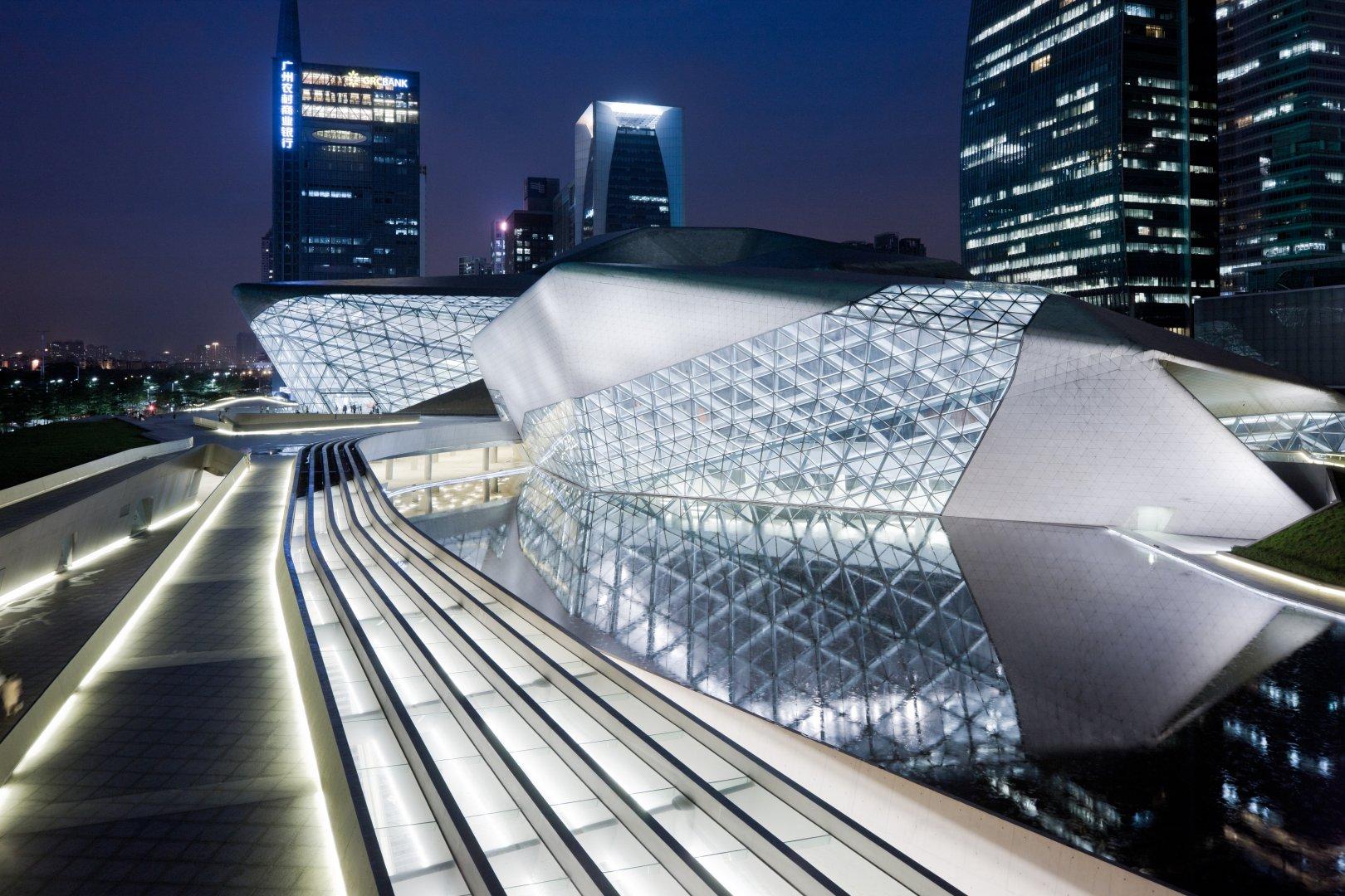 Оперный театр — одна из главных достопримечательностей города Гуанчжоу, Китай