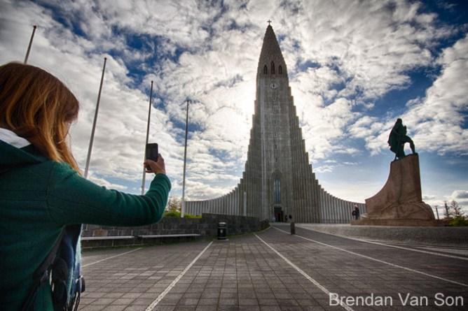 Κοπέλα φωτογραφίζει την εκκλησία Hallgrímskirkja στο Ρέικιαβικ
