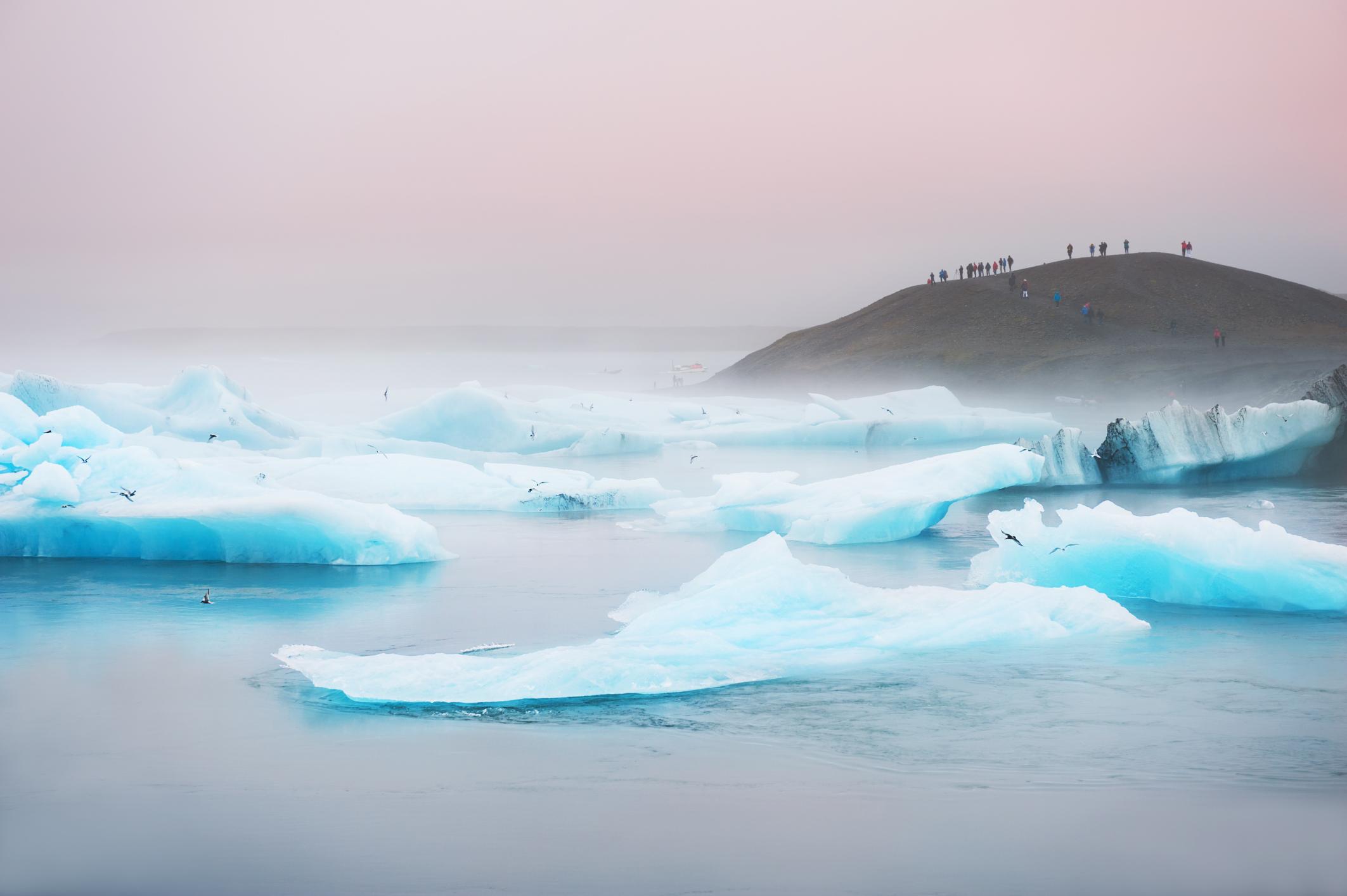 Παγόβουνα σε λευκό και μπλε ελεκτρικ χρώμα στη Λιμνοθάλασσα Jökulsárlón, Ισλανδία