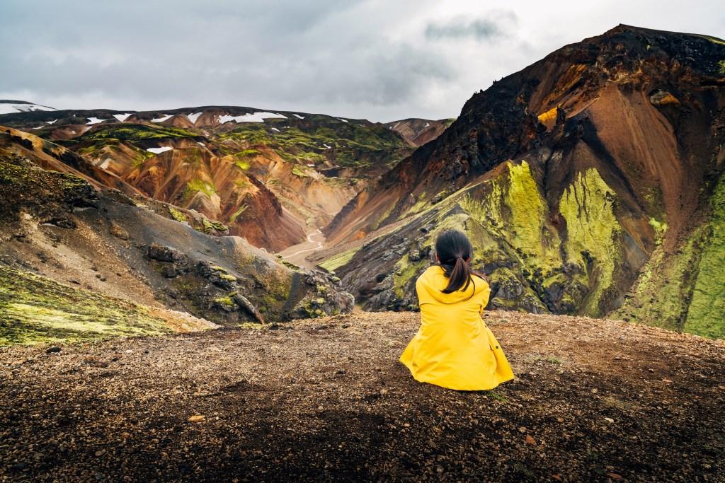 Κοπέλα κοιτάζει τα υψίπεδα της Ισλανδίας