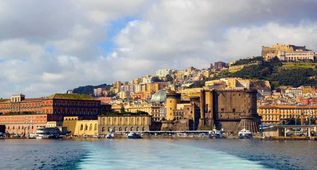 Θέα της Νάπολης απ' τη θάλασσα