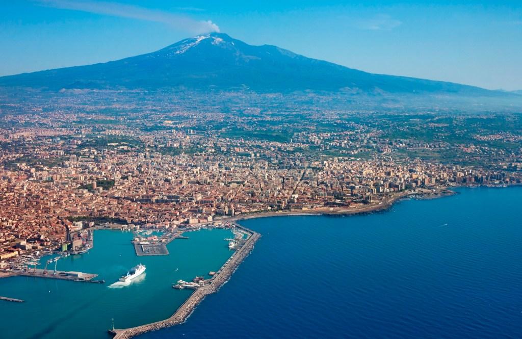 Этна и Катания с высоты. Сицилия, Италия