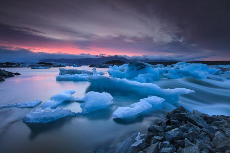 Παγόβουνα επιπλέλουν στη Λιμνοθάλασσα Jökulsárlón στη Νότια Ισλανδία