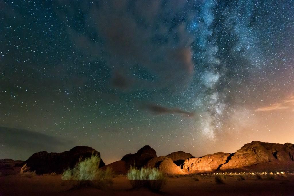 O εντυπωσιακός έναστρος ουρανός πάνω από την έρημο Wadi Rum