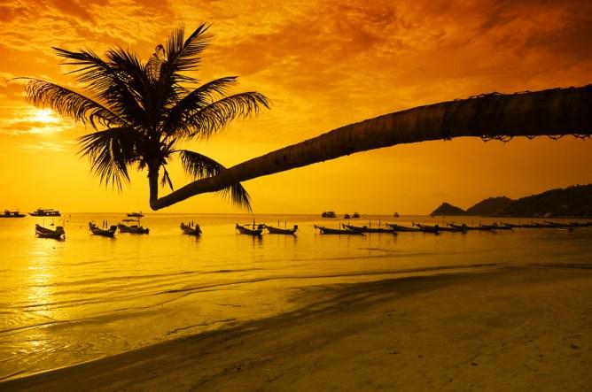 Золотой закат над райским островом в Таиланде