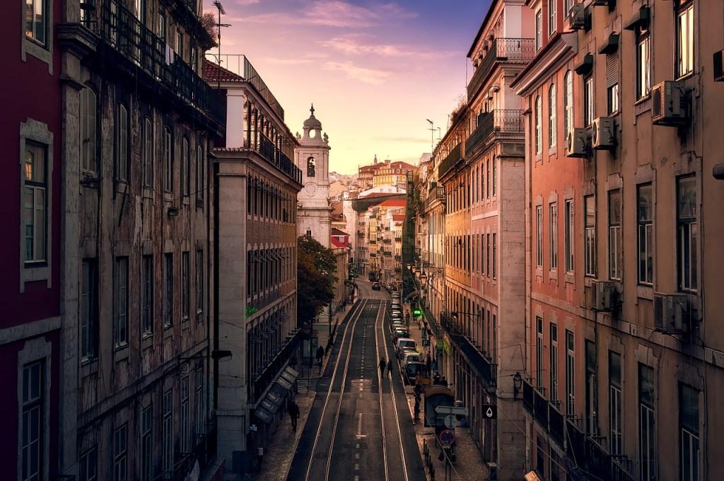 Χαρακτηριστική εικόνα του κέντρου της Λισαβόνας την ώρα που δύει ο ήλιος