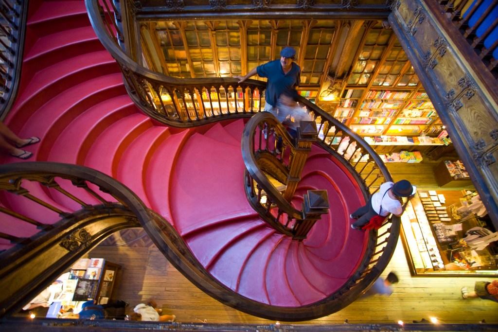 H περίτεχνη σκάλα της Livraria Lello από ψηλά.