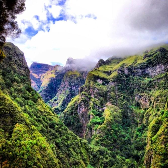Kαταπράσινα βουνά περιβάλλονται από σύννεφα στη Μαδέρα