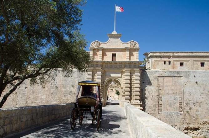 Μια άμαξα κατευθύνεται προς την πύλη της Μντίνα στη Μάλτα