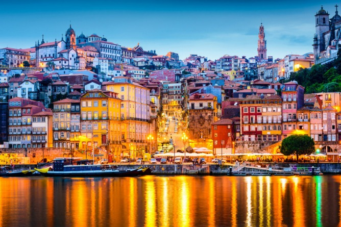 Aντανάκλαση των φώτων στον ποταμό Ντούρο στην Παλιά Πόλη του Πόρτο