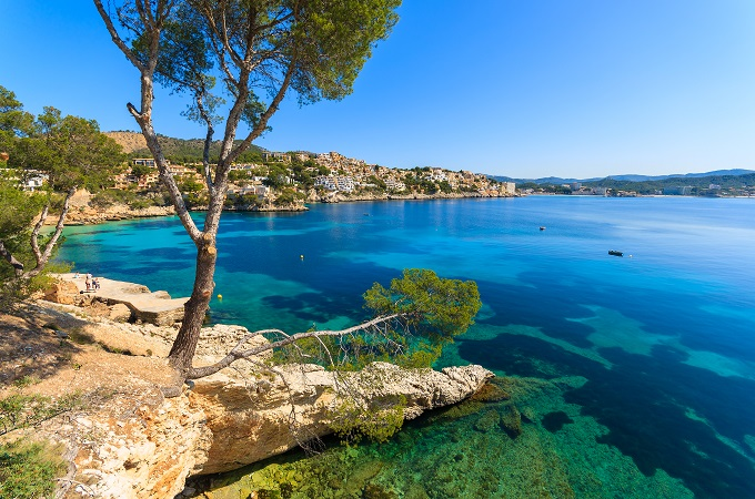 Krystalklart hav, fine hvide klipper. Find billige flybilletter til Europa. Find billige flybilletter til Palma.