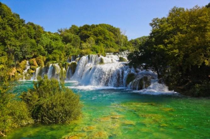 Καταρράκτες στο καταπράσινο Εθνικό Πάρκο Krka στην Κροατία