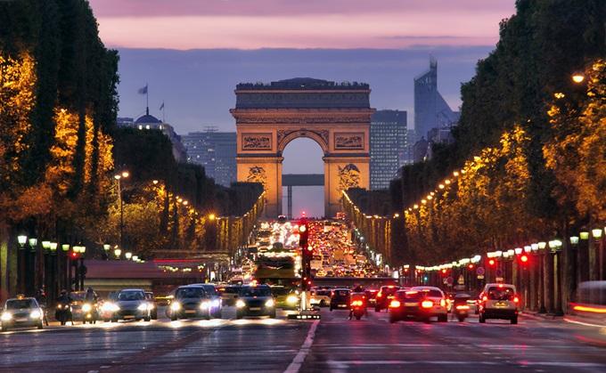 Champs-Élysées. Find billige flybilletter til Europa. Find billige flybilletter til Paris. Nyd denne skønne bys mange eventyr!