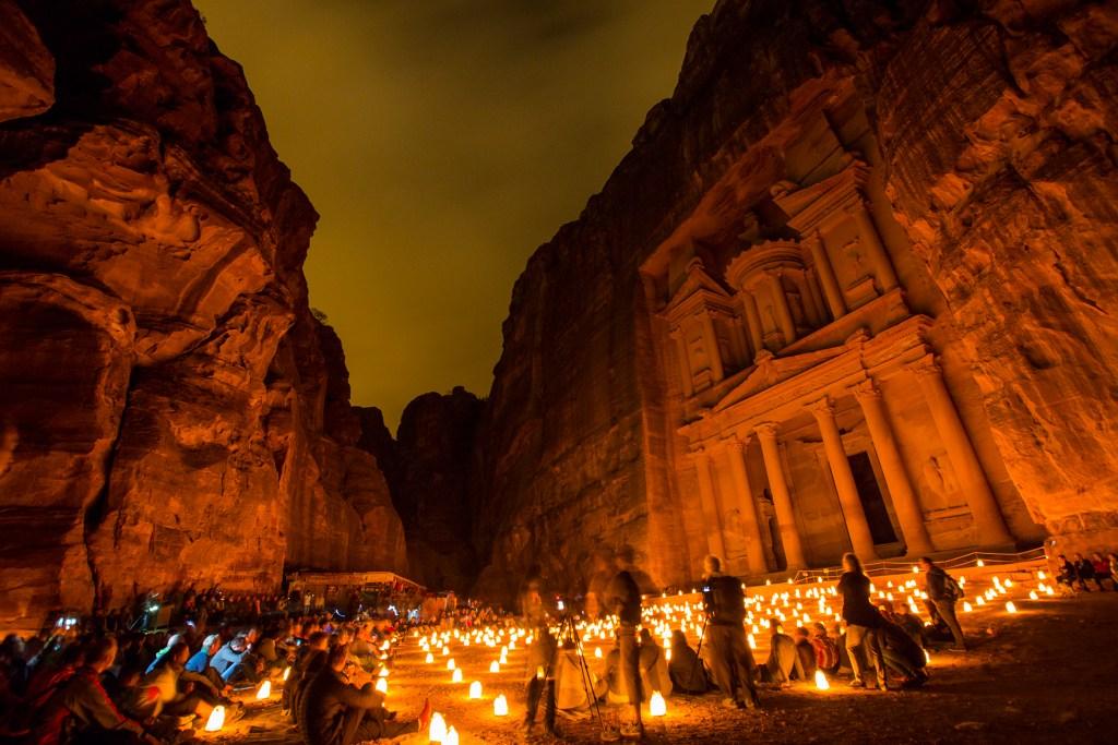 Στο Petra By Night το φως από τα φαναράκια φωτίζει με εντυπωσιακό τρόπο το Θησαυροφυλάκιο.