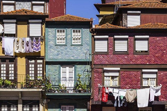 Χαρακτηριστικές προσόψεις σπιτιών στη Ribeira.