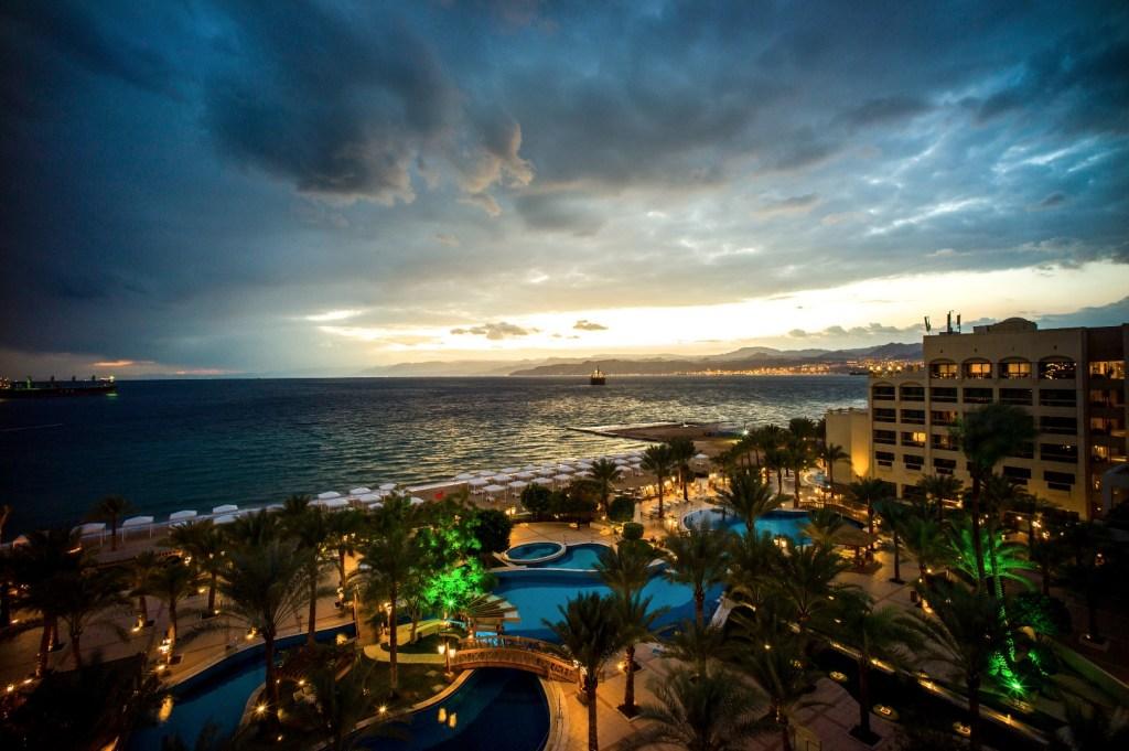 Η θέα της παραλίας της Άκαμπα απ' το δώματιο του ξενοδοχείου.