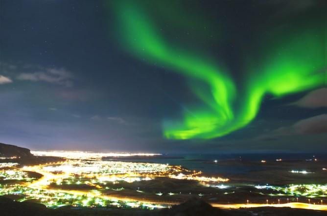 To Bόρειο Σέλας πάνω από την πρωτεύουσα της Ισλανδίας, το Ρέικιαβικ