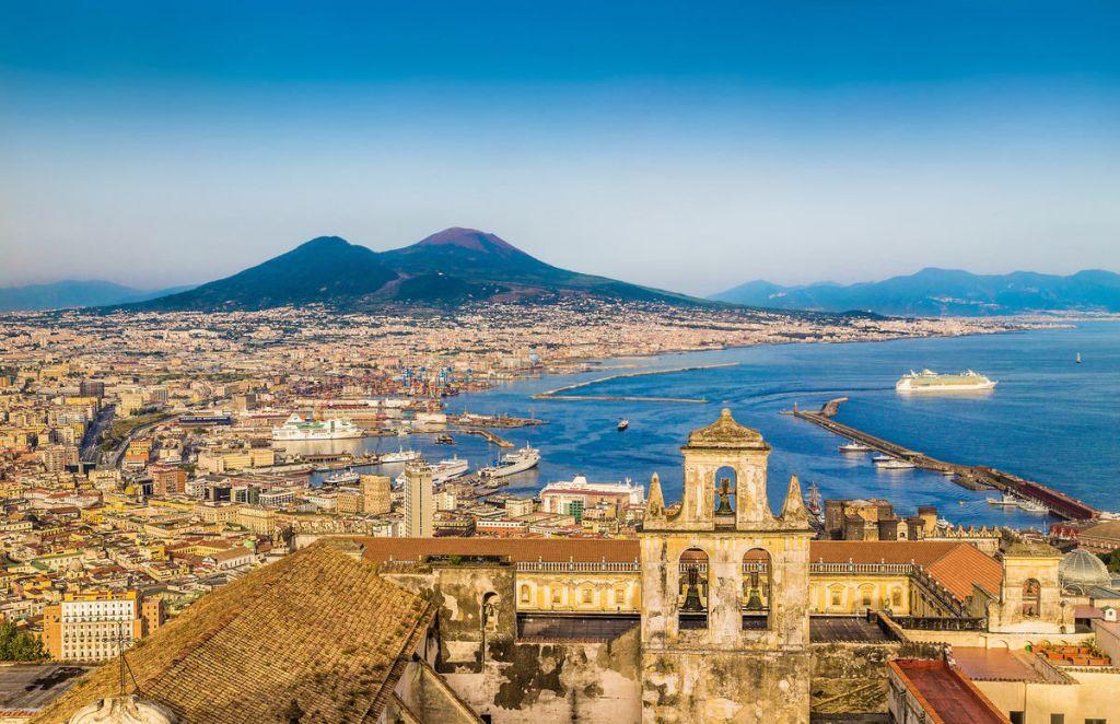 Вид сверху на Неаполь и вулкан Везувий, Италия