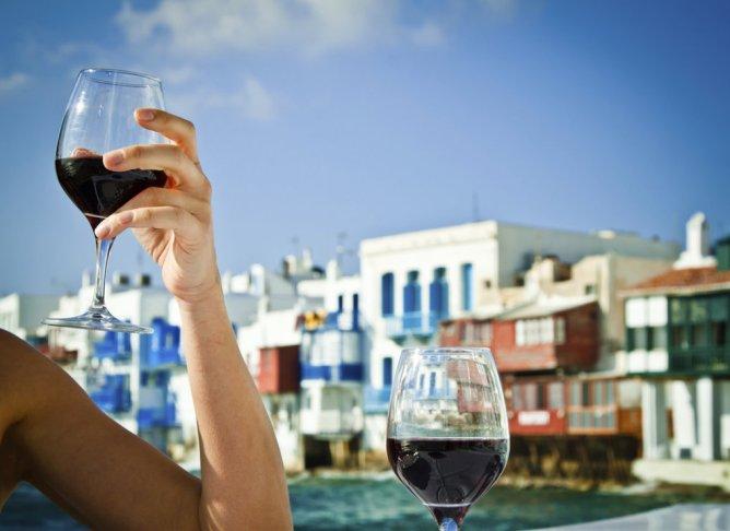Απολαμβάνοντας ένα ποτήρι κρασί στη Μικρή Βενετία της Μυκόνου